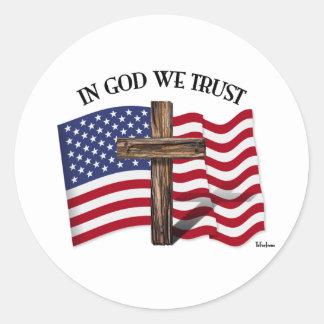 En dios confiamos en con la cruz rugosa y la pegatina redonda