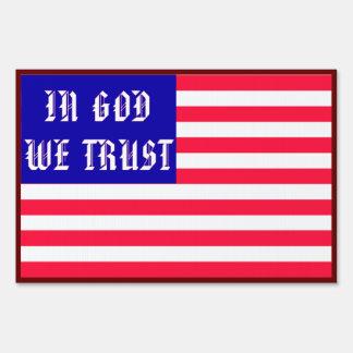 En dios confiamos en la muestra de la yarda cartel
