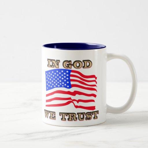 En dios confiamos en la taza de la bandera
