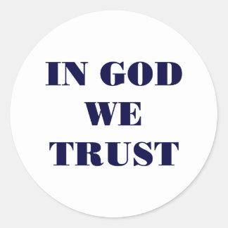 En dios confiamos en pegatina redonda