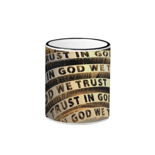 En dios confiamos en taza a dos colores