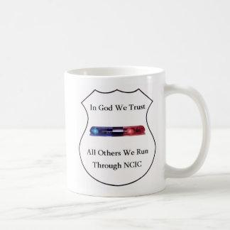 En dios confiamos en taza básica blanca