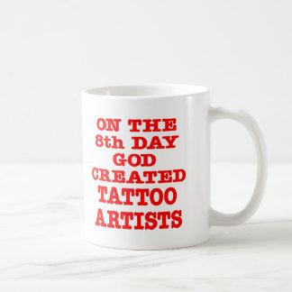 En el 8vo día dios creó a artistas del tatuaje taza de café