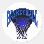 En el baloncesto y el tablero trasero del aro etiquetas redondas