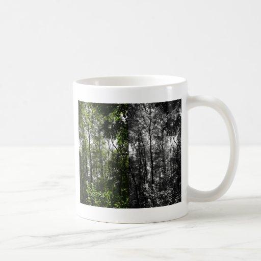 En el bosque - blanco y color negros taza de café