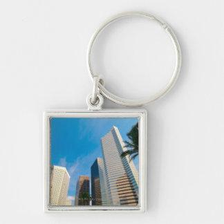 en el centro de la ciudad altos edificios de la su llavero cuadrado plateado