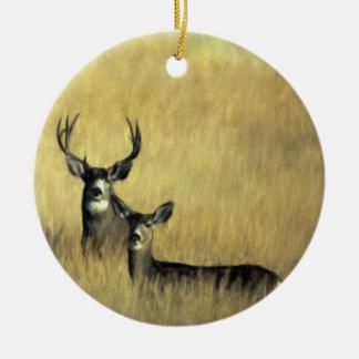 En el ciervo mula del puesto de observación adorno navideño redondo de cerámica