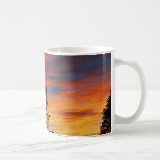 En el collage del amanecer del fuego taza básica blanca