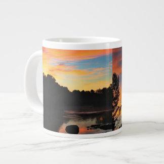 En el collage del amanecer del fuego taza grande