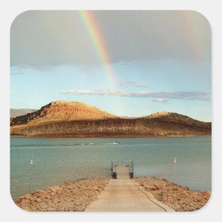 En el extremo del arco iris pegatina cuadrada