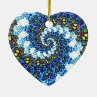 En el fractal espiral de las nubes adorno navideño de cerámica en forma de corazón