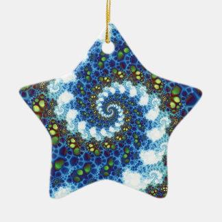 En el fractal espiral de las nubes adorno navideño de cerámica en forma de estrella