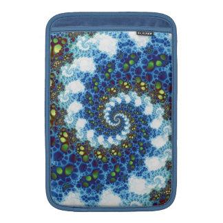 En el fractal espiral de las nubes funda para macbook air