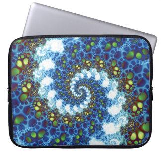 En el fractal espiral de las nubes funda portátil