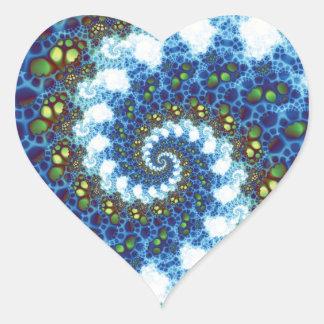 En el fractal espiral de las nubes pegatina en forma de corazón