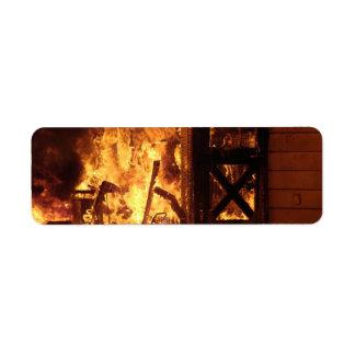 En el fuego etiqueta de remite