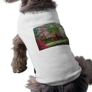 En el jardín de la azalea camisa de perro