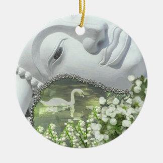 En el jardín - Quan Yin y flores - 2 lados Adorno Navideño Redondo De Cerámica