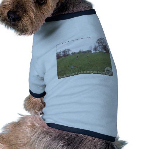 En el juego en el parque camiseta con mangas para perro