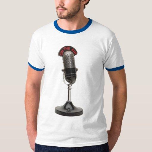EN el micrófono del vintage del AIRE Playera