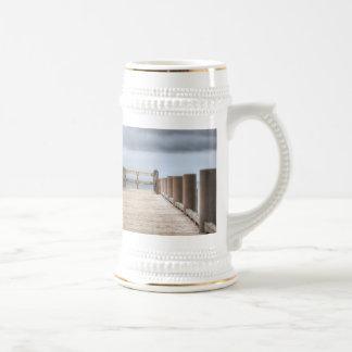En el muelle taza de café