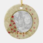 En el ornamento cariñoso de la foto de Pawprint Adorno Navideño Redondo De Cerámica