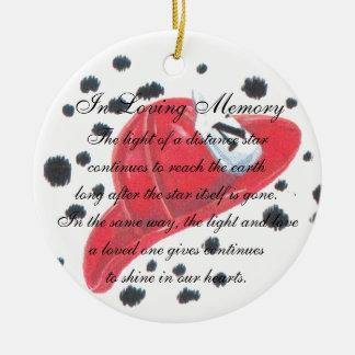 En el ornamento cariñoso del gorra del bombero de adorno navideño redondo de cerámica