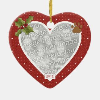 En el ornamento rojo del gato del corazón de la adorno