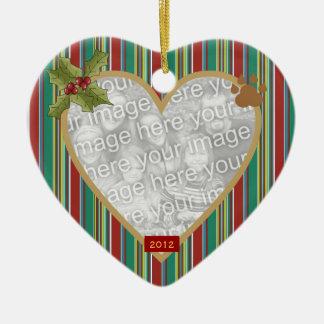 En el ornamento rojo del mascota de la raya de la  ornamento de navidad