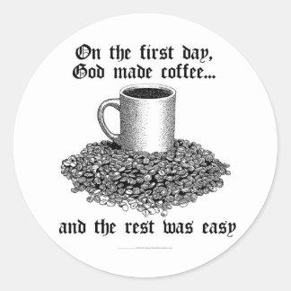 En el primer día, dios hizo el café… pegatina redonda