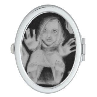 En el vidrio arriba espejos de maquillaje