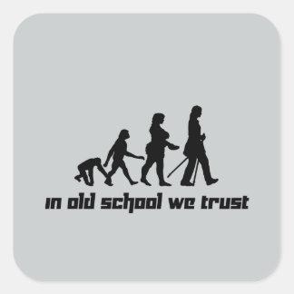 En escuela vieja confiamos en 2 pegatina cuadrada