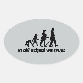En escuela vieja confiamos en 2 pegatina ovalada