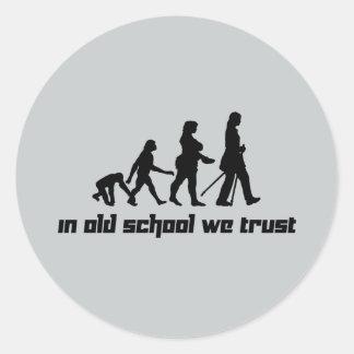 En escuela vieja confiamos en 2 pegatina redonda