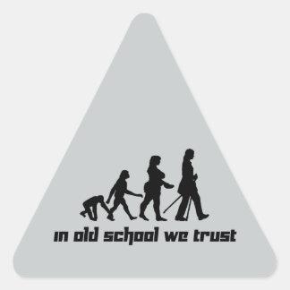 En escuela vieja confiamos en 2 pegatina triangular