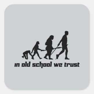 En escuela vieja confiamos en pegatina cuadrada