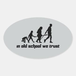 En escuela vieja confiamos en pegatina ovalada