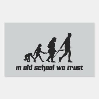 En escuela vieja confiamos en pegatina rectangular