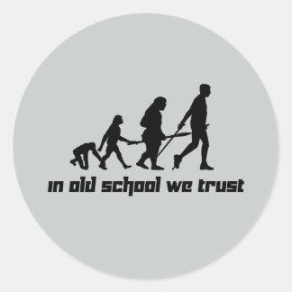 En escuela vieja confiamos en pegatina redonda