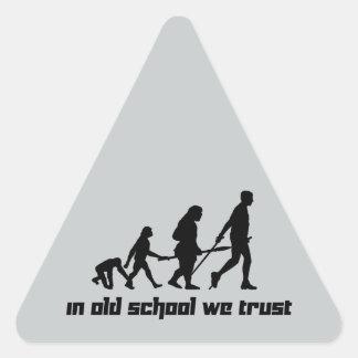 En escuela vieja confiamos en pegatina triangular