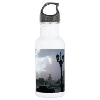 En ese cuadrado botella de agua de acero inoxidable