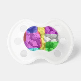En espacio de color chupetes de bebé