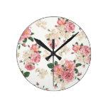 En floral blanco y rosado de la floración reloj de pared