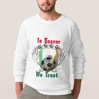 En fútbol confiamos en la camiseta del raglán de sudadera