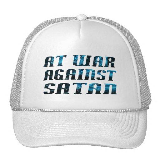 En guerre contre Satan Trucker Hats
