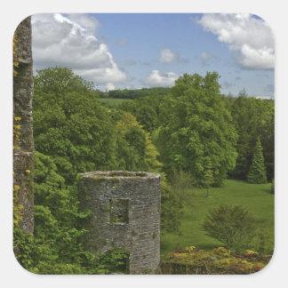 En Irlanda, en el castillo de la lisonja una torre Pegatina Cuadrada