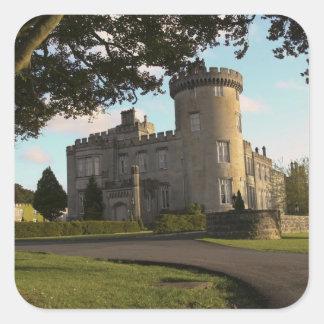 En Irlanda, la entrada lateral del castillo de Pegatina Cuadrada