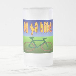 ¡En la bici de Ya! El ciclo va las emisiones cero Jarra De Cerveza Esmerilada