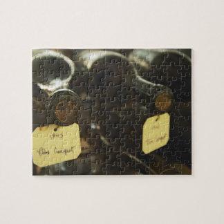 En la bodega subterráneo: botellas de mentira aden puzzle con fotos