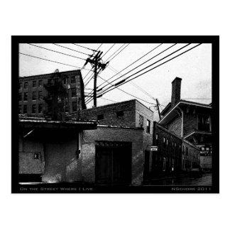 En la calle donde vivo collage urbano de Digitaces Tarjeta Postal